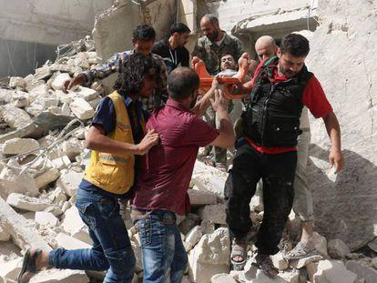 Resgate depois de um bombardeio em Aleppo.
