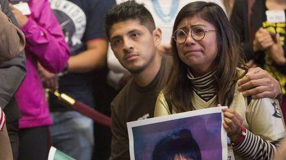 Dois jovens imigrantes, Jario Reis, de Arkansas, e Karen Caudillo, de Orlando