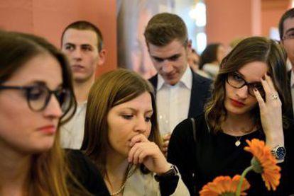 Democratas-cristãos da CDU, o partido de Merkel, na Renania-Palatinado, acompanham a apuração das urnas nas eleições regionais.