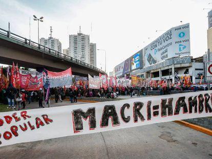 Manifestantes protestam contra o Governo argentino em maio em Buenos Aires.