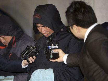 O capitão do barco fala à imprensa após ser detido.