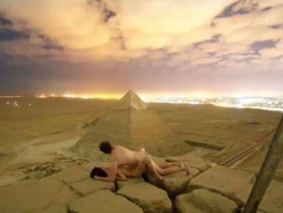 Fotograma do casal nu sobre as pirâmide.