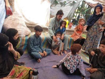 Gul Khan (à esq., com a mão no rosto) com membros de sua família no parque Shahr-e Now, em Cabul, onde vivem acampados há dois meses.