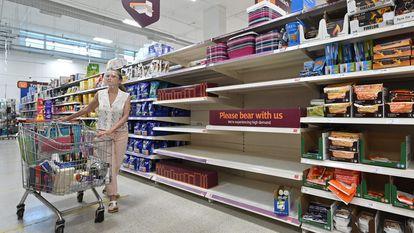 Estantes vazias num supermercado de Nine Elms, na zona sul de Londres (Reino Unido), em 22 de julho.