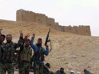 Milicianos pró Al Assad diante da Cidadela de Palmira.