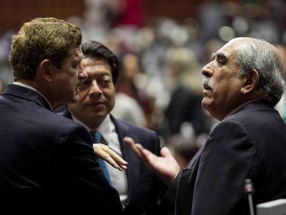 O deputado do PÃO, Juan Carlos Alecrim, fala com Pablo Gómez, de Morena.