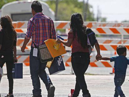 Famílias de imigrantes ilegais em McAllen, Texas, na terça-feira.