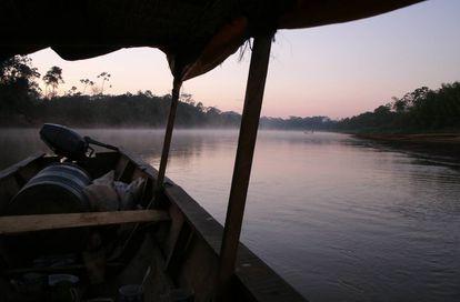 A motorização das canoas está alterando o estilo de vida dos tsimanes.