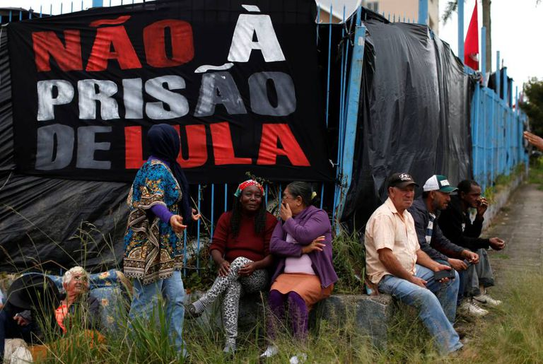 Apoiadores de Lula perto da carceragem da Polícia Federal em Curitiba.