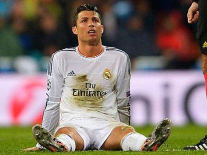 Cristiano, sobre a grama, durante o duelo ante o Dortmund