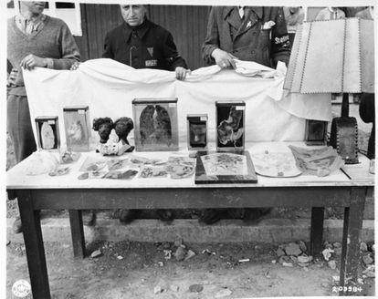 Pele tatuada e outros restos humanos encontrados em Buchenwald após sua liberação