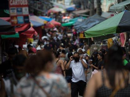 Na imagem, uma rua lotada de pessoas no centro de Manaus.