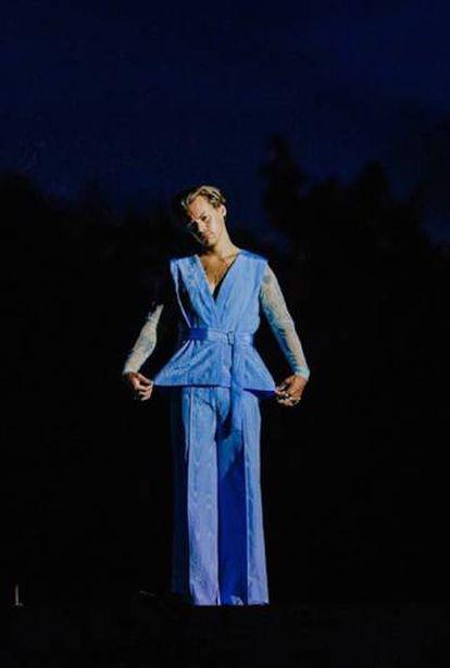 Harry Styles com um dos trajes congelados.