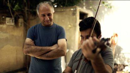 Gani Mirzo entrega na Síria um violino doado no País Basco.