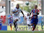 Jogadores de Fortaleza e Bahia em confronto pelo campeonato brasileiro
