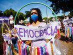 AME6946. GOIÂNIA (BRASIL), 19/06/2021.- Opositores del presidente de Brasil, Jair Bolsonaro, participan en una protesta contra su Gobierno hoy, en Goiânia (Brasil). La izquierda volvió a protestar este sábado en Brasil contra el presidente Jair Bolsonaro, líder de una negacionista ultraderecha, en momentos en los que el país roza los 500.000 muertos por covid-19. Equipados con máscaras, miles de personas salieron a las calles en diversas capitales del gigante suramericano, entre ellas Río de Janeiro, Recife y Brasilia, para exigir la salida del jefe de Estado por su gestión de la pandemia del coronavirus, la cual está siendo investigada por una comisión del Senado. EFE/ Alberto Valdés