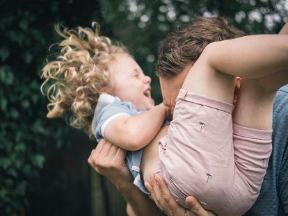 Brincar com os filhos influi favoravelmente na ativação de diferentes substâncias nos pais, assim como nas crianças, porque há liberação de endorfinas.