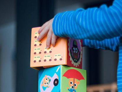Uma criança brinca em casa.