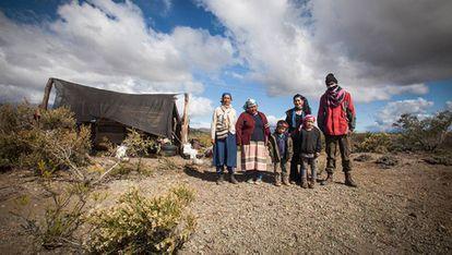 Mapuches de Vuelta del Río em frente a guarita.