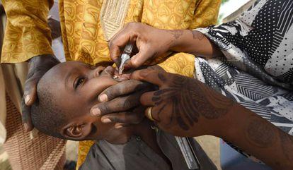 Profissional de saúde vacina criança contra a pólio durante campanha de imunização em Hotoro-Kudu, localidade do Estado de Kano, no noroeste da Nigéria, em 22 de abril de 2017.