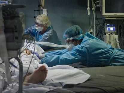 Médico atende a um paciente em uma UTI do Hospital Nuestra Señora de La Candelaria, em Tenerife, na Espanha.