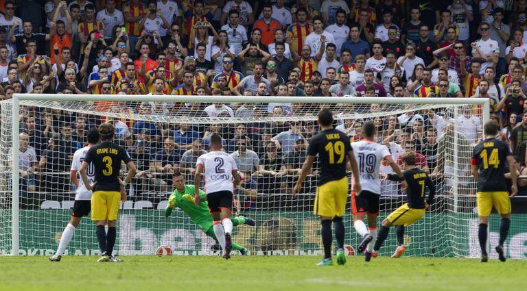 Griezmann bate o pênalti diante de Diego Alves.