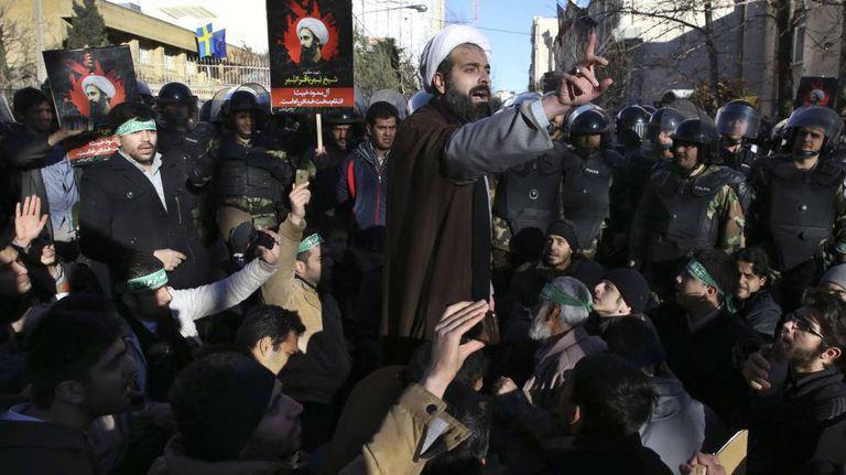 Um clérigo dirige-se a manifestantes que protestam pela execução de al Nimr.