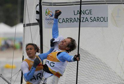 Santiago Lange e Cecilia Carranza comemoram o ouro para a Argentina na classe Nacra 17.
