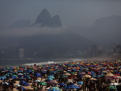 Praia de Ipanema lotada no Rio de Janeiro em meio à pandemia da covid-19.