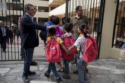 Crianças refugiadas chegam na segunda-feira a um colégio público de Atenas.