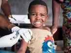 Un niño se vacuna contra la fiebre amarilla en Kinshasa, durante una campaña de MSF en 2016, en República Democrática del Congo.