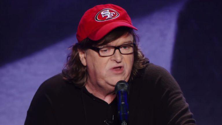Michael Moore durante seu programa em Ohio como parte do documentário 'Michael Moore em TrumpLand' (2016).