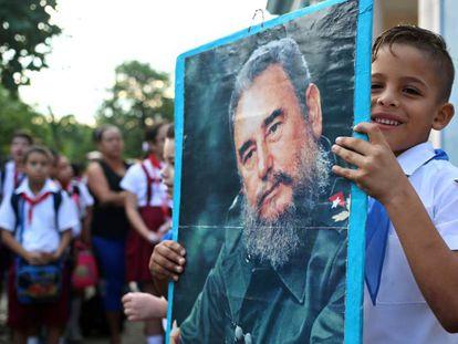 Criança com quadro do Fidel