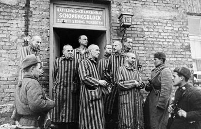 Soldados do Exército soviético com prisioneiros libertados do campo de concentração de Auschwitz, em janeiro de 1945.