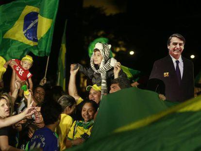 Eleitores de Bolsonaro comemoram a vitória na Esplanada dos Ministérios, em Brasília.