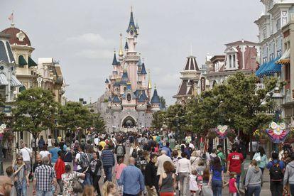 Rua principal do parque Disneyland Paris.