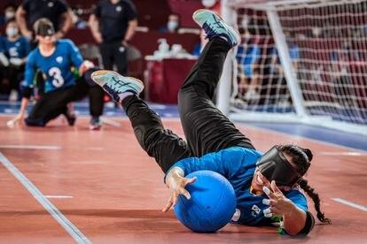 Jessica defende bola em jogo da seleção brasileira de goalball.