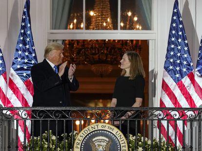 O presidente Donald Trump com a juíza Amy Coney Barrett, nesta segunda-feira, na Casa Branca.