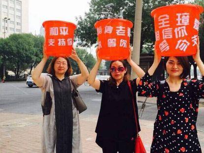 Esposas de dissidentes em um protesto. À esquerda, Wang Qiaoling.