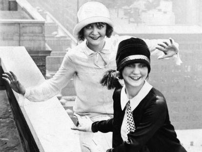 Duas mulheres bailam no terraço do Hotel Sherman, em Chicago, em 1926.