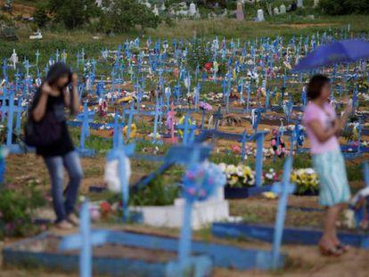 Familiares acompanham o enterro do corpo de um dos detentos morto na rebelião de Manaus, no cemitério de Tarumã, em Manaus, nesta quarta-feira.