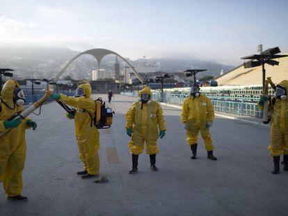 Fumigação contra o mosquito transmissor da zika no sambódromo do Rio, em janeiro.