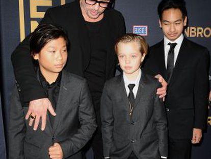 Shiloh (centro), junto a seus irmãos Pax (esquerda) e Maddox e seu pai, Brad Pitt.