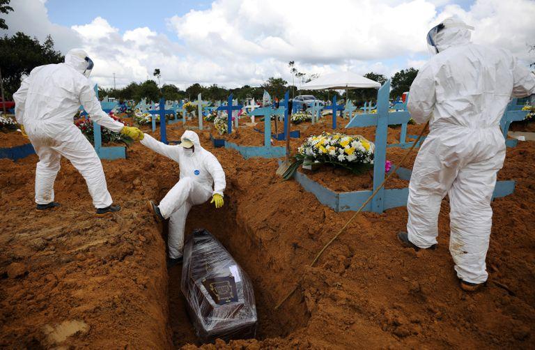 Enterro de uma mulher de 73 anos morta por covid-19 em um cemitério de Manaus.