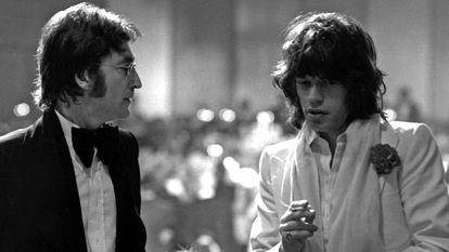 Mick Jagger e John Lennon, em uma cerimônia de premiação do American Film Institute na Califórnia, em 13 de março de 1974. No vídeo, entrevista com os autores de 'Beatlestones. Um duelo, um vencedor'.