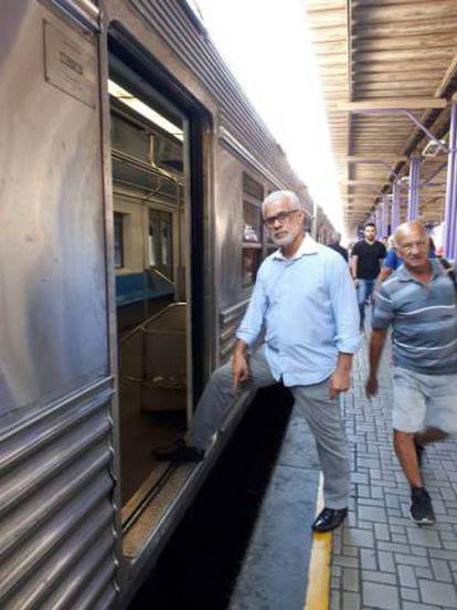 Deputado Gilberto Palmares mede o tamanho do vão na estação Coelho da Rocha.