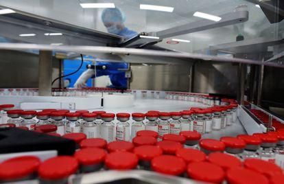 Produção da vacina Sputnik V nas instalações da empresa russa de biotecnologia Biocad em Strelna, São Petersburgo, em 4 de dezembro passado.