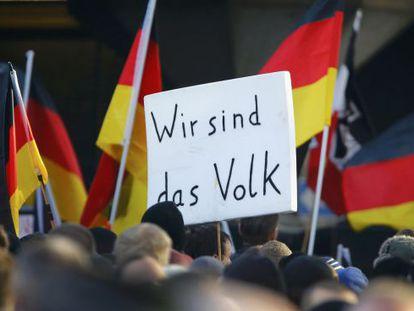 """Um cartaz onde se lê """"Nós somos o povo""""."""