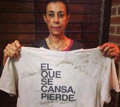 Antonieta Mendoza de López, mãe de Leopoldo López, com a camiseta que o opositor venezuelano usava antes de se entregar à polícia.