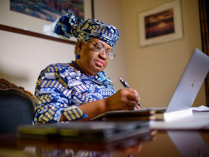 A nigeriana Ngozi Okonjo-Iweala prepara seu discurso após ser nomeada, em sua casa de Potomac, Maryland.